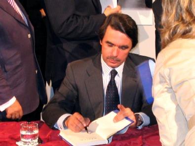 Aznar firma su libro (foto Beatriz Elola)